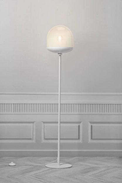 biała lampa podłogowa z białym kloszem