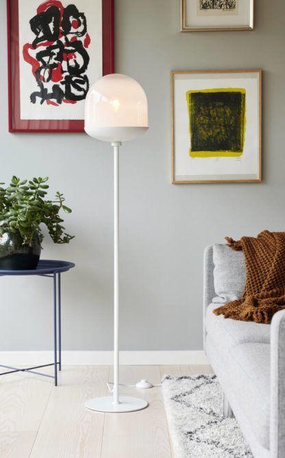 biała lampa podłogowa w skandynawskim salonie