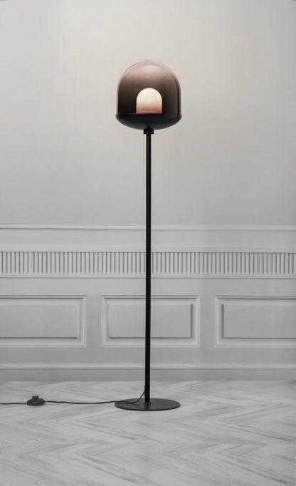 czarna lampa podłogowa w jasnym salonie