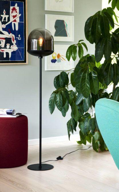 czarna lampa podłogowa w błękitnym salonie