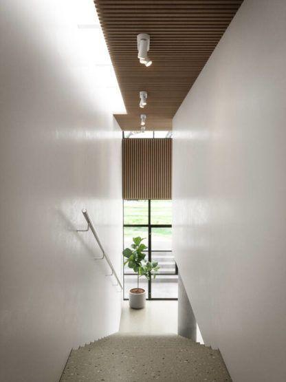 białe reflektory sufitowe na klatkę schodową