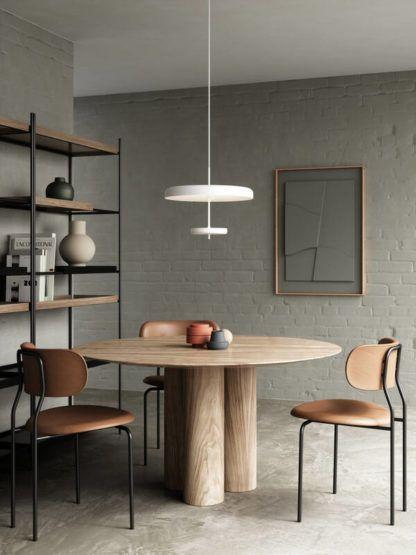 biała lampa wisząca nad okrągły stół