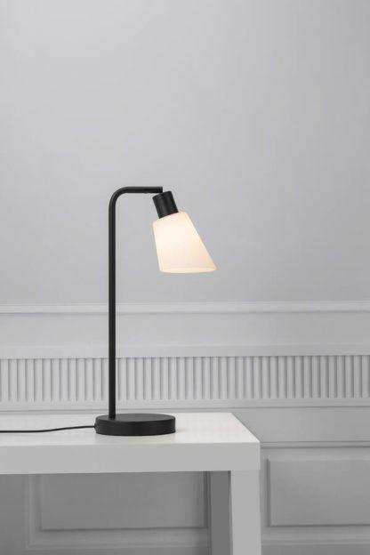 czarna lampa stołowa do gabinetu