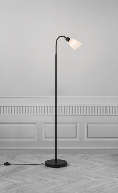 czarna lampa podłogowa z mlecznym kloszem
