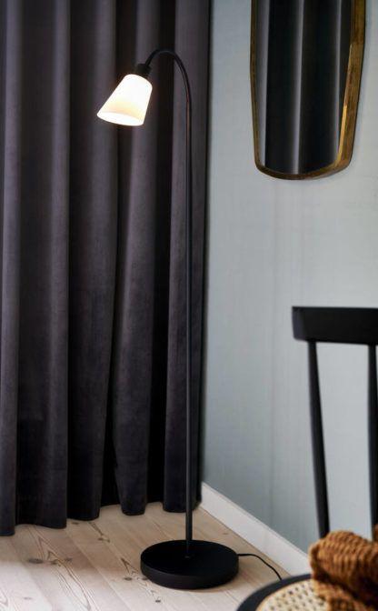 czarna lampa podłogowa w niebieskim salonie