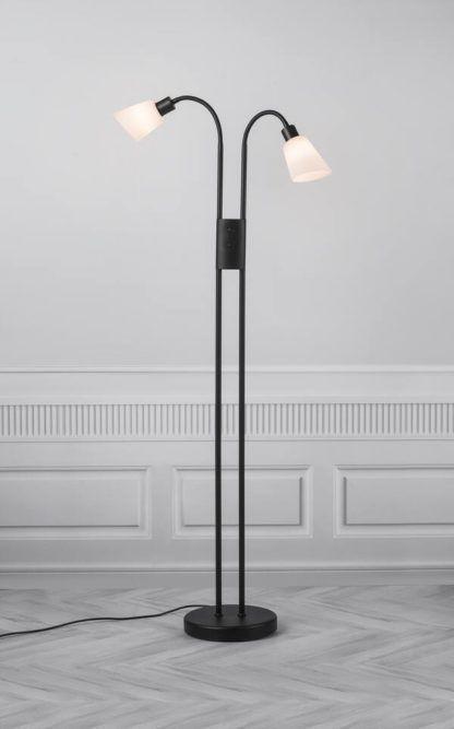 podwójna czarna lampa podłogowa