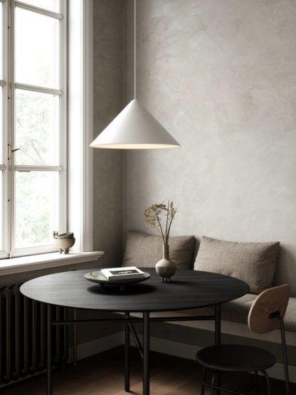 biała lampa wisząca nad stół stożek
