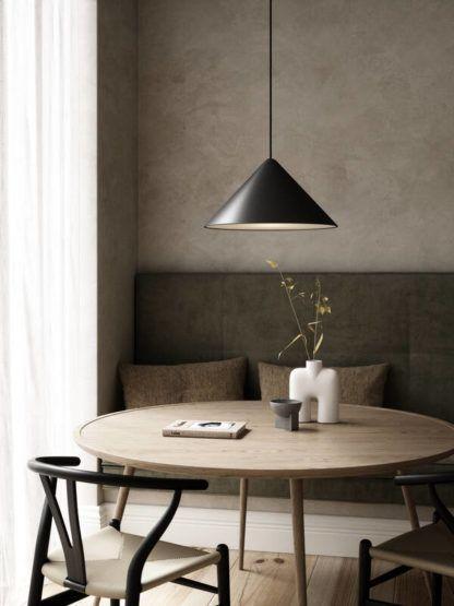czarna lampa wisząca nad stół