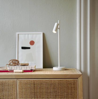 biała nowoczesna lampa biurkowa