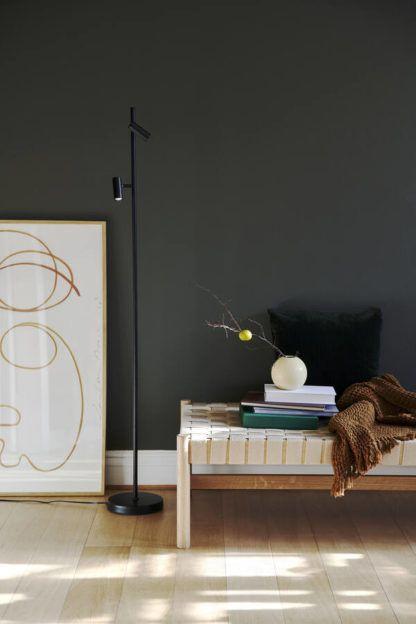 czarna lampa podłogowa na grafitowej ścianie