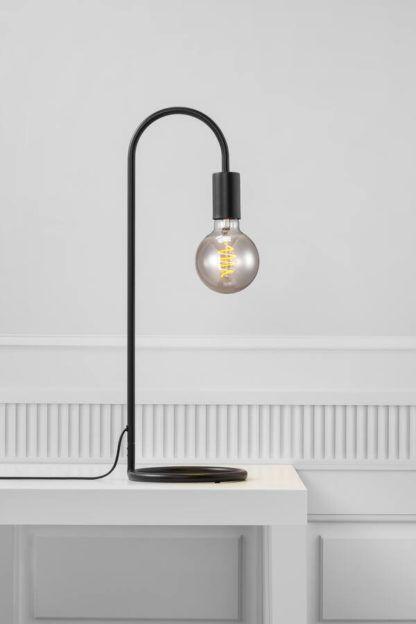 czarna industrialna lampa biurkowa