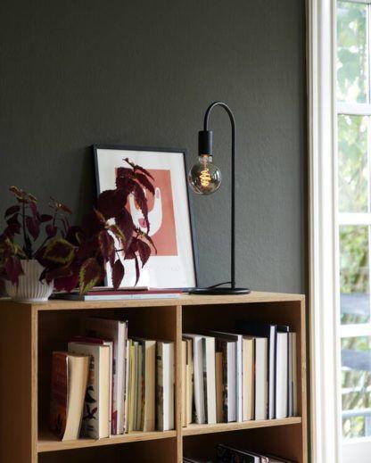 czarna lampa stołowa na grafitowej ścianie