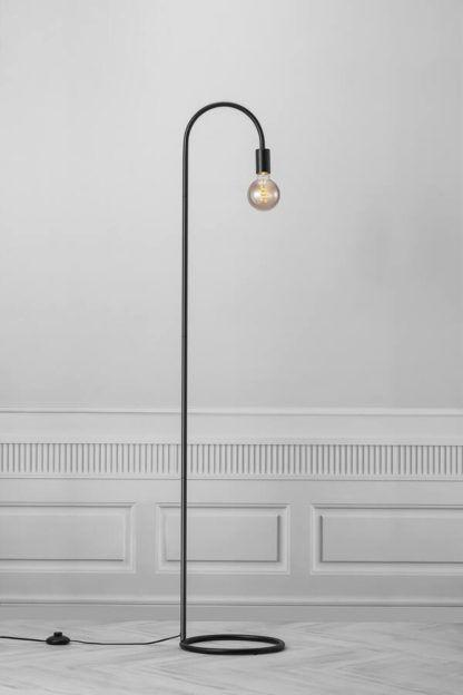 czarna lampa podłogowa styl industrialny