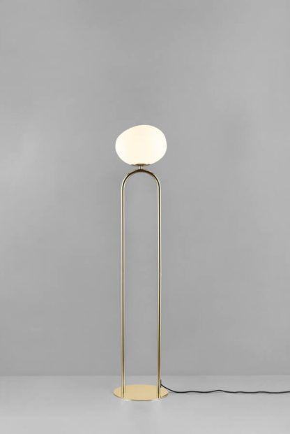 złota lampa podłogowa ze szklanym kloszem