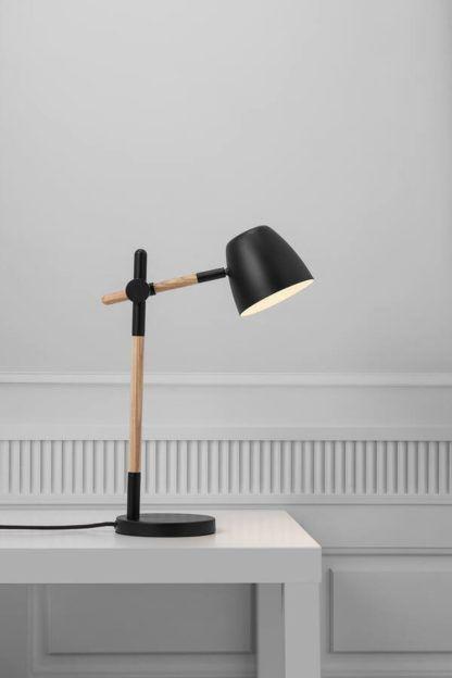 lampa biurkowa z drewnianym ramieniem