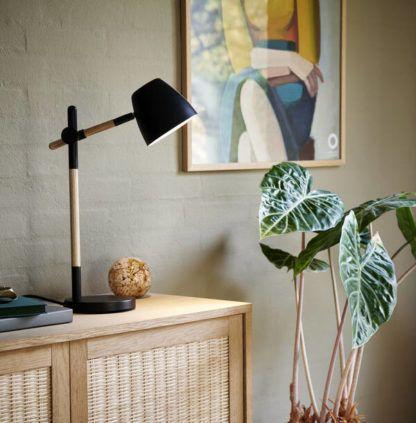 drewniana lampa stołowa z czarnym kloszem