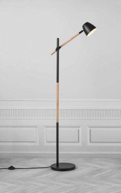 lampa podłogowa na drewnianej podstawie