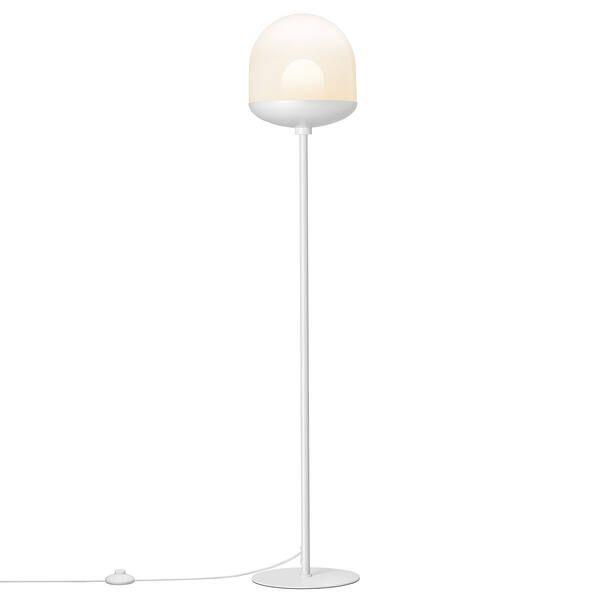 biała lampa podłogowa z mlecznym kloszem
