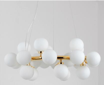 złota lampa wisząca koło ze szklanymi kloszami
