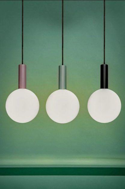 kolorowe lampy wiszące z białymi kulami