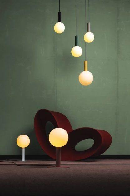 kolorowe lampy wiszące z mlecznymi kloszami