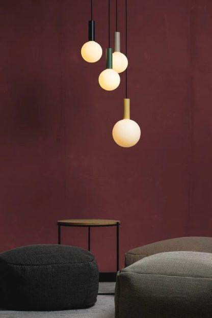 kolorowe lampy wisząca na bordowej ścianie
