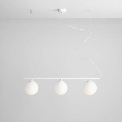 biała podłużna lampa wisząca z mlecznymi kloszami