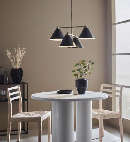 nowoczesna lampa wisząca nad biały stół
