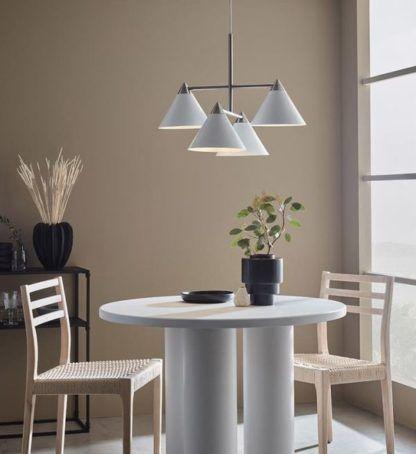 biała lampa wisząca nad biały stół