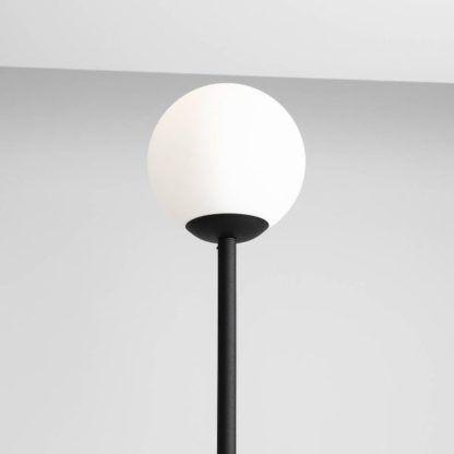 czarna lampa podłogowa z białą kulą