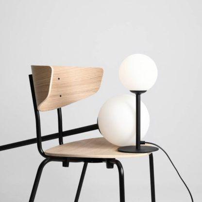 lampa stołowa z mlecznym kloszem