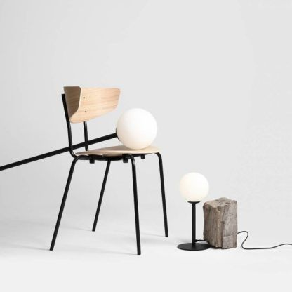 lampa stołowa z mleczną kulą