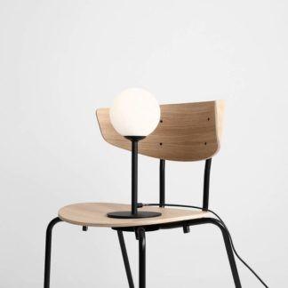 Metalowa lampa stołowa Pinne - szklany klosz kula