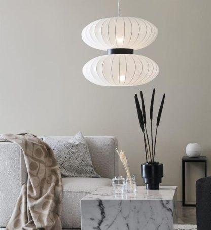 lampa wisząca japandi nad marmurowy stolik