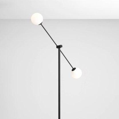 lampa podłogowa z mlecznymi kloszami
