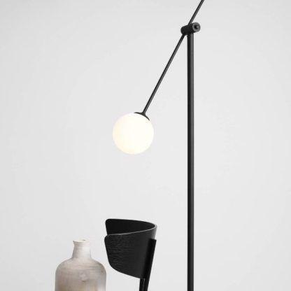 wysoka nowoczesna lampa podłogowa do sypialni