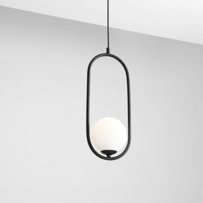 czarna lampa wisząca z mlecznym kloszem
