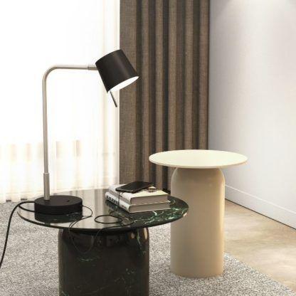 lampa biurkowa na marmurowym stoliku