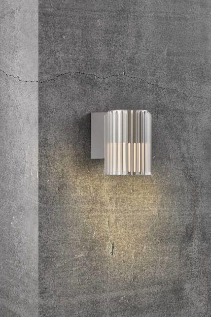 nowoczesny kinkiet na betonową elewację