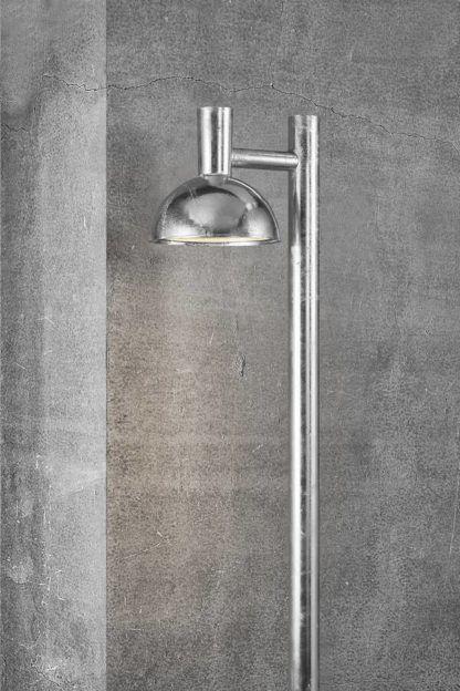 srebrny wysoki słupek ogrodowy