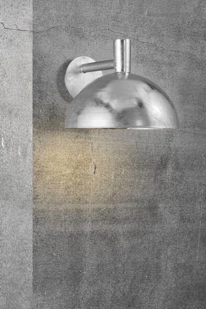 srebrny kinkiet z dużym kloszem przed drzwi