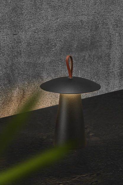czarna lampa na usb na taras