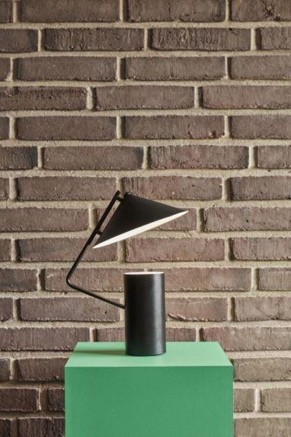 czarna designerska lampa stołowa
