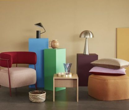 nowoczesna lampa stołowa w kolorowym salonie