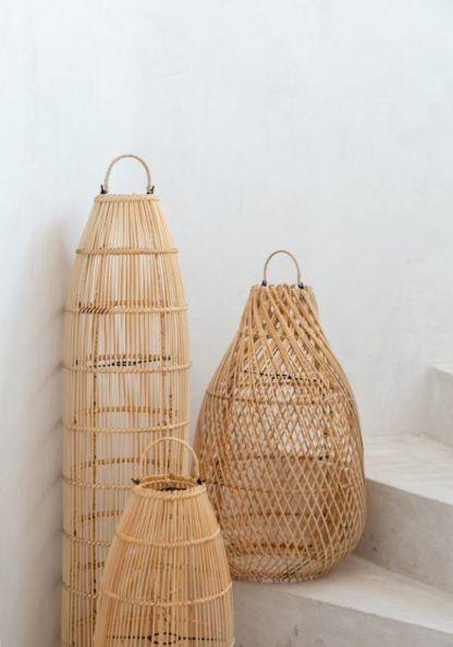 wysokie lampy stojące plecione z wikliny