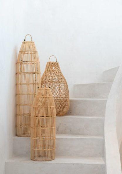 wysokie lampy stojące wiklinowe na schodach