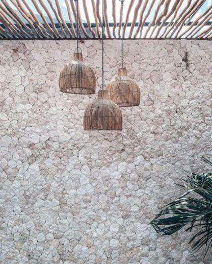lampy wisząca rattanowe na kamiennej ścianie
