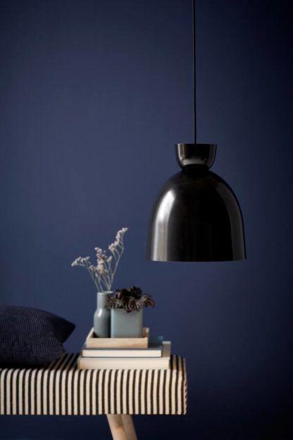 czarna lampa wisząca na granatowej ścianie
