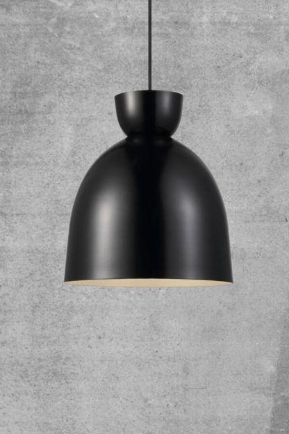 czarna lampa wisząca na szarej ścianie