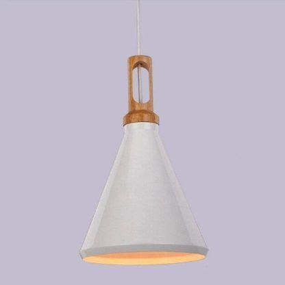 skandynawska lampa z drewnianym uchwytem